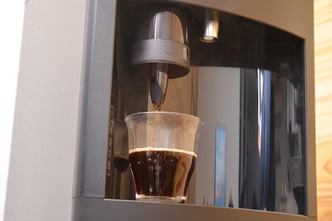 抽出の際は専用ホルダーをセットしてコーヒーモードに。設定してボタンを押せば約1分50秒でコーヒーが味わえます。