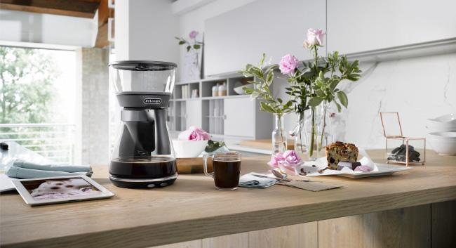 デロンギ「クレシドラ ドリップコーヒーメーカー ICM17270J」。蒸らしながら濃いめに抽出したコーヒーを氷で急冷することで、香り高くコク深いアイスコーヒーを抽出します。