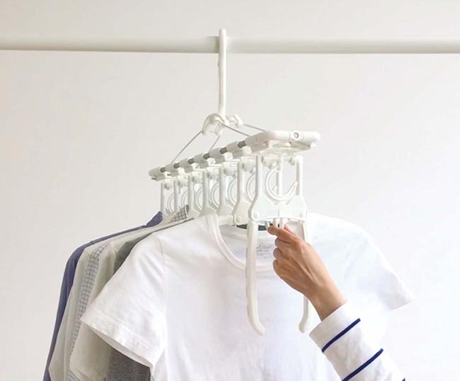 中央のつまみを握ると、ハンガーの両肩が下に向かって閉じ、洗濯物が落ちる仕組み。取り込む手間を短縮できます