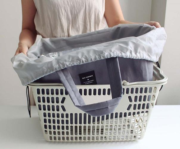 マチがしっかりあり、買い物かごにフィット。厚みとハリのある生地で、バッグ自体が自立します