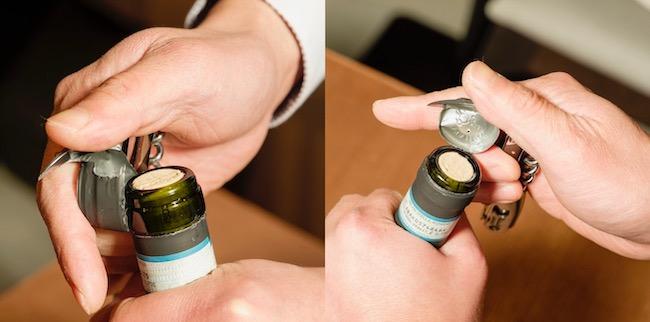 左:ネック下部に切り込みを入れた状態。右:ネック上部に入れた状態。