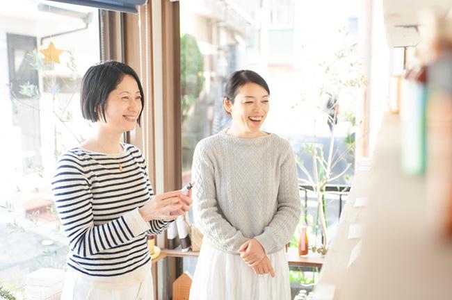 著者の田中のり子さん(左)と、「マヒナファーマシー」の店主・中山晶子さん(右)。同書の中では、中山さんが日課にされているセルフ・ロミロミのやり方や、田中さんも愛用されているフラワーエッセンスの活用方法について語られている。