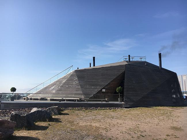 2016年にヘルシンキ市にオープンした公衆サウナ「LÖYLY(ロウリュ)」。