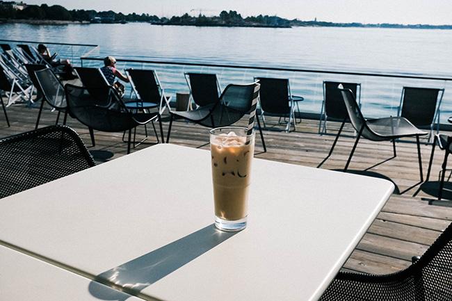 「LÖYLY(ロウリュ)」内レストランの、海に面したテラス席。