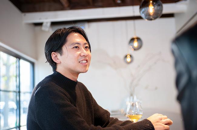 「Kabi」のオーナーであり、ソムリエを務める江本賢太郎さん。