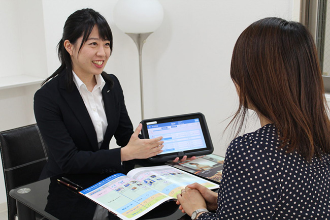 タブレット見積システムでユーザーに説明。