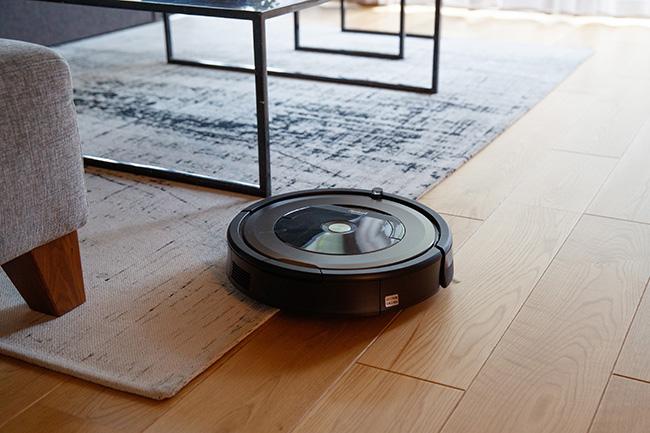 全自動ロボット掃除機「ルンバ」も「掃除して」の声一つで掃除を始めます。また照明・テレビ・カーテンのオフと連動する「行ってきます」の呼びかけでも作動。
