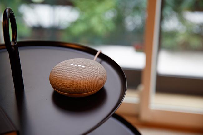 こちらで使っているのは「Google Nest Mini」。コンパクトながら音声入力の精度は遜色なく、こうした個別の部屋に向いています。