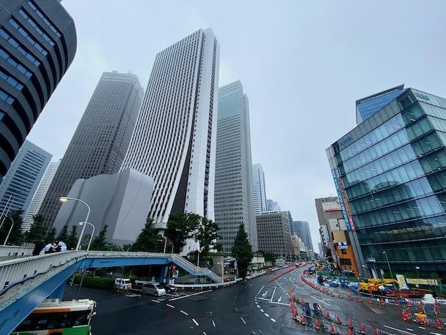 道路を進んだ先に見えるのが、今回の物件「Dマークス西新宿タワー」。副都心のビル群を抜けていきます。