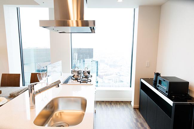 ゲストと対面できる5.3帖アイランドキッチン。リビングダイニングと統一感をとりながら料理がしやすい設計に。