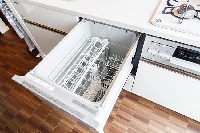 キッチンにはビルトインタイプのディスポーザーや食器洗い乾燥機を完備。後片付けも効率よくこなせます。ちなみに、各階に共有のゴミ収集場があるので、匂いが立つゴミもすぐ廃棄でき、快適そのもの。