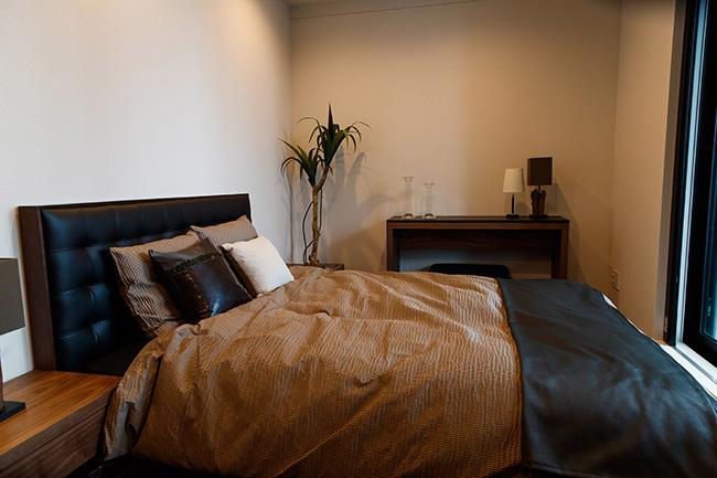 バルコニーに出られる落ち着いたデザインのマスターベッドルームは7.6帖。十分な広さのクローゼットを備えています。