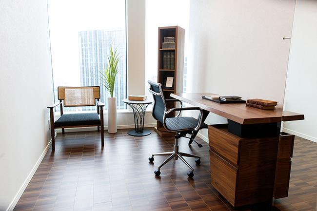 書斎やゲストルームにも使える6.2帖の個室。広い窓からの採光で部屋全体が明るく、在宅ワーク中のオンライン会議でもバーチャル背景は不要になりそうです。
