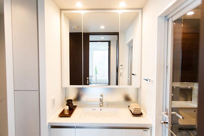 清潔感のあるパウダールーム。洗面台が広く収納力もあるので散らかりがちな小物もまとめられ、メイクや身支度などもスムーズに行えそうです。