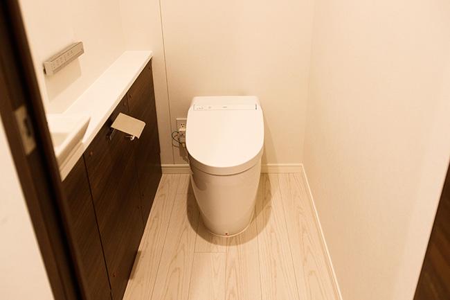 トイレにはストッカーや手洗い場もついており、ほっとひと息ついてしまいそうなゆったりした空間。