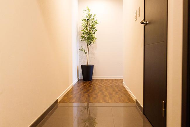 段差のない広々としたエントランス。廊下の正面がL字になっているのでエントランスから室内が見えない構造。