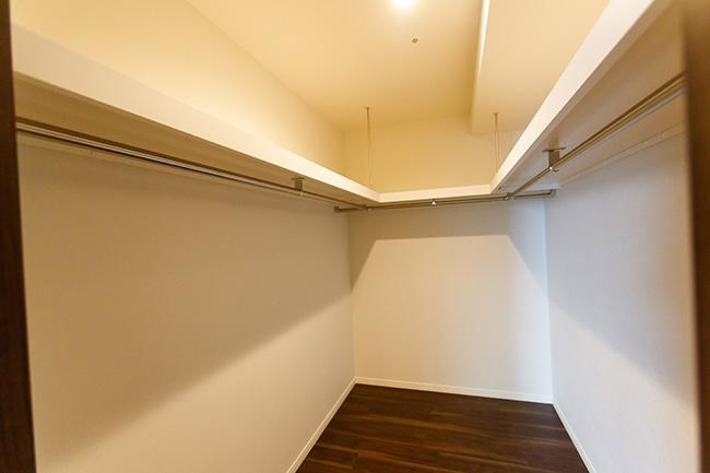 11.7帖のマスターベッドルームに備えるウォークインクローゼット。個室レベルのスペースが確保され、衣類や雑貨類がたっぷりと収まります。