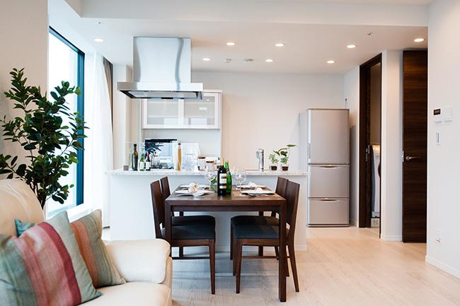 家電や家具がすべて揃っています。レンジや炊飯器といった小型家電もあるので、中長期出張のビジネスパーソンにもぴったり。ホテルと違って、部屋で料理ができることも魅力です。