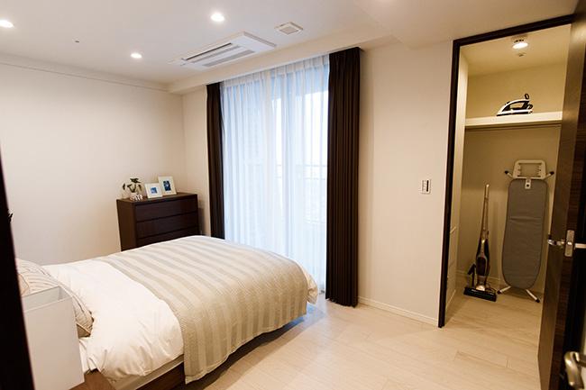 バルコニーの付いたマスターベッドルーム。ウォークインクローゼットにはアイロンやクリーナーも完備しています。