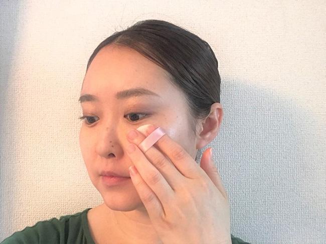 肌色補正効果のある化粧下地やファンデーションは厚塗りにせず、フェイスパウダーで仕上げます。