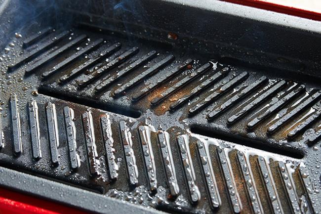 「『バーベキュープレート』はプレートの穴から水を張った下のトレイに油が落ちる構造です。これにより、肉から出た油を拭き取る手間がありません。ヘルシーに焼き上がった肉に、たっぷりの大根おろしをのせて食べれば、夏でもさっぱりと焼肉が味わえます。おうち焼肉だからこそ、鬼おろしを大量に追加することができるのも魅力ですね」