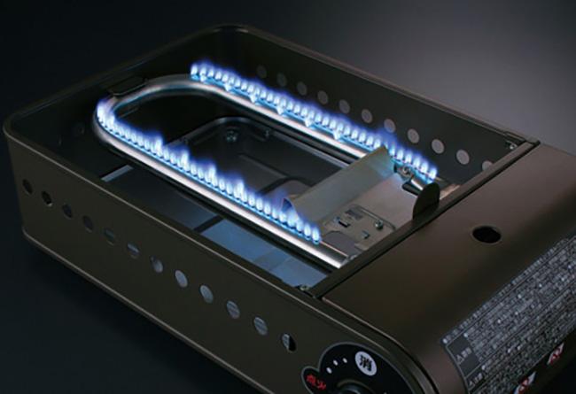 """「U字バーナーで、プレート全体にバランスよく熱が行き渡ります。電気式よりも火力が強く、短時間でこんがりと焼きあがります。火力を生かした自分なりの焼き具合や生地作りを極めて、""""たこパ""""を盛り上げましょう!」"""