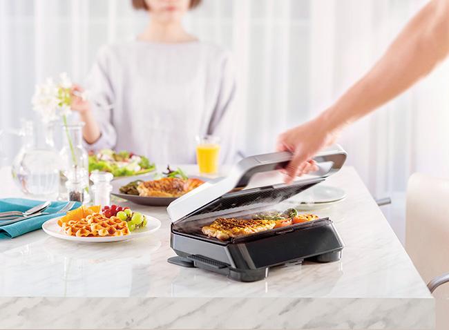 「両面加熱で短時間調理ができる上に、密閉して焼くので、油が飛びはねたり、匂いや煙が部屋に充満したりしません。フライパンで肉や魚を焼くよりも、簡単で失敗なし。オンライン飲みのトークにしっかり参加しながら、絶妙な焼き具合のメインディッシュの完成です」