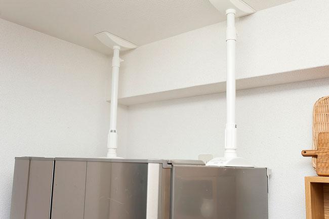 「伸縮棒は、壁側いっぱいに、2本が並行になるように取り付けます。伸縮棒の使用には、取り付ける天井に突っ張っても大丈夫な強度があることも条件になっています。もし天井がブヨブヨとした柔らかい素材であれば、次に紹介する『ガムロックnewBB』で固定してください」
