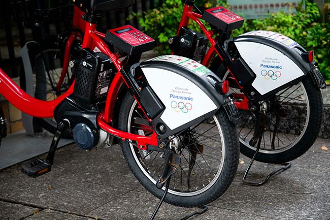 ドコモ・バイクシェアでは小径タイヤの電動アシスト自転車が採用されているので、坂道も楽々進むことができます。