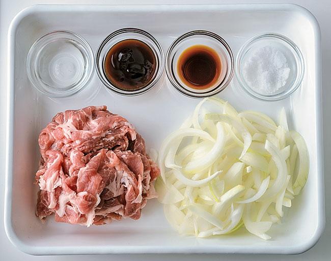 基本的に、肉1種類、野菜1種類、調味料だけで作れます。野菜はあらかじめカットしておきます。