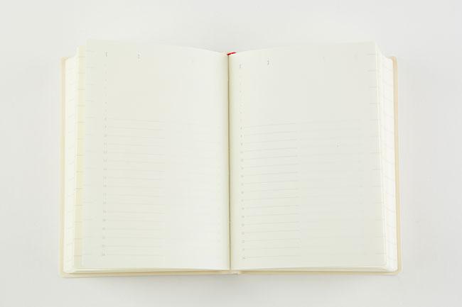 「月間カレンダーのほかに、1日(8時から24時まで)のタイムスケジュールを1ページずつ書き込めるようになっています。日付が入っていないので、好きな日から始められ、必要な日にだけ書けるのです。すべてのページがモノクロで、カラーペンを使って彩る楽しみもありますよ」
