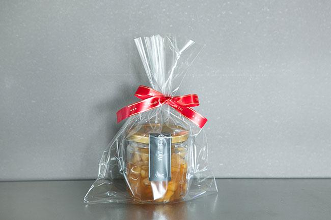 手作りのりんごジャムは、瓶に入れてラベルを貼り、先ほどのリボンで飾りつけ。