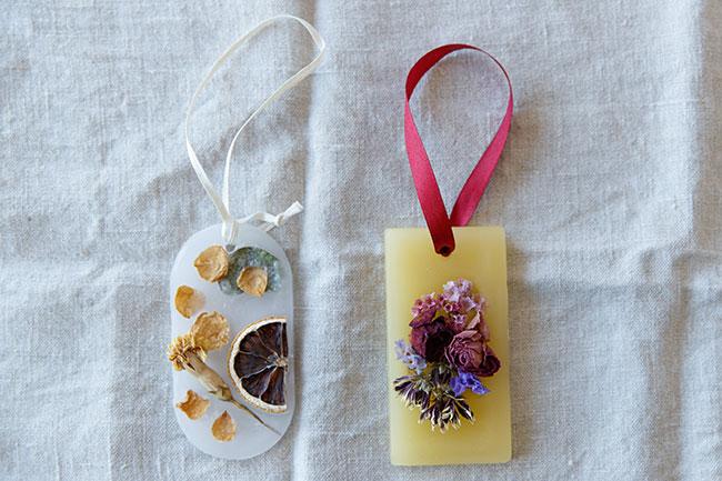 春日さんが作ったアロマワックスサシェ。ドライフラワーからポロポロと落ちてしまった花びらを再利用しています。