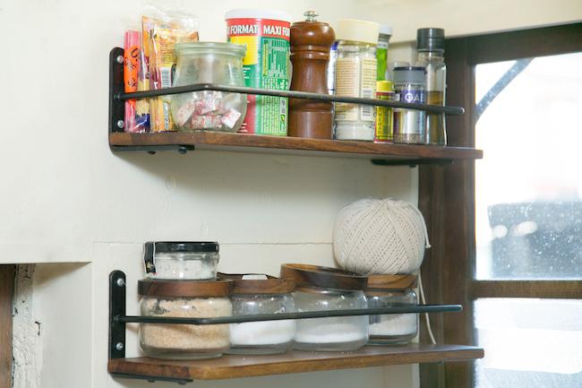 調味料棚もシンプル。塩は、粗塩とサラサラしたテクスチャーのものが2種類、砂糖は茶色いものとお菓子に使う白いもの。