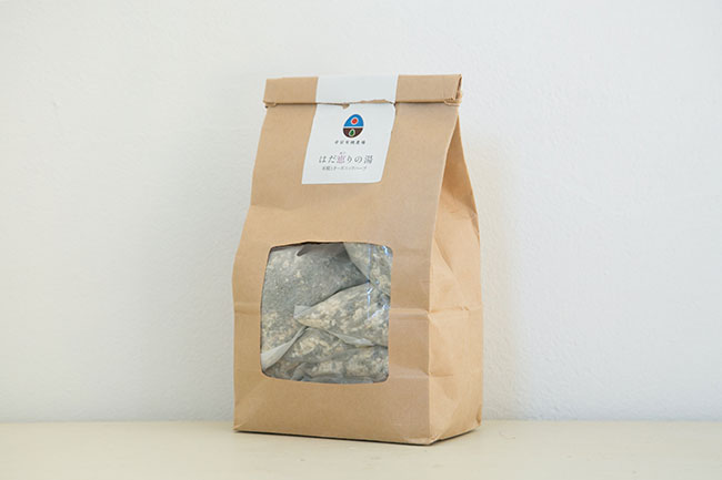 ネオナチュラル「母袋有機農場シリーズ はだ恵りの湯」8袋入り(2000円+税)「快眠に効果的といわれるラベンダーの茎や葉、花に、米麹や岩塩を合わせたもので、このまま枕元に置いて寝てもいいほどの香り立ちです。お風呂に入れると水蒸気でお風呂全体に香りが広がり、リラックスできます。毎日使うには少々贅沢なので、週に一度のごほうびとして使っています」