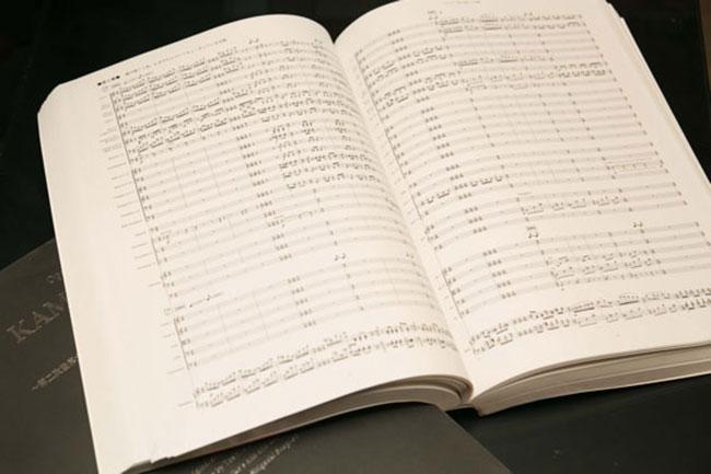 写真は三枝成彰さんが作曲したオペラ『狂おしき真夏の一日』の楽譜。