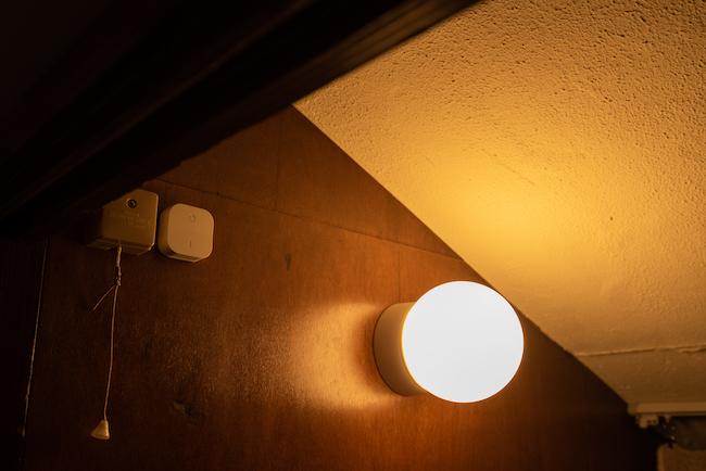 写真はイケアのスマートLED電球「トロードフリ」。調色はできませんが、壁につけたリモコンで光量の調節ができます。