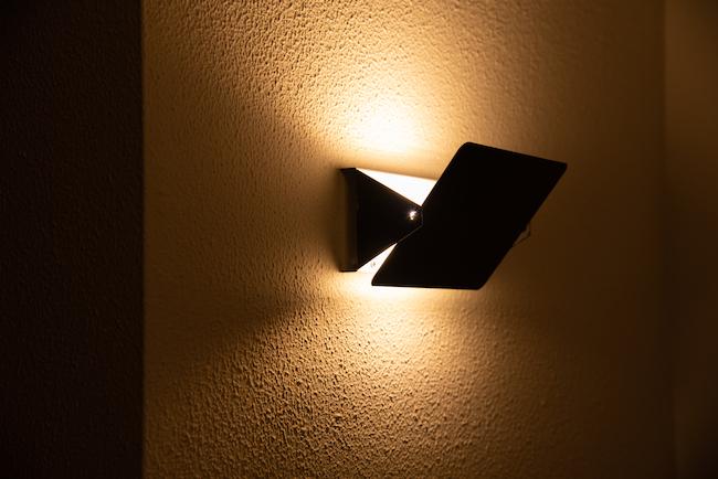 「こちらはダイニングの壁を飾るための照明。前川國男と同じく、ル・コルビュジエのアトリエで学んだシャルロット・ペリアンがデザインしたものです。家のデザインが前川國男なので、リンクするものをインテリアに取り入れたいと思い、選んでいます。板状の部分を上下に可動させられるので、明るさを調節できます」