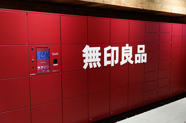 2階の出入口付近には、購入した商品を預けておける「商品受け取りロッカー」が置かれている。