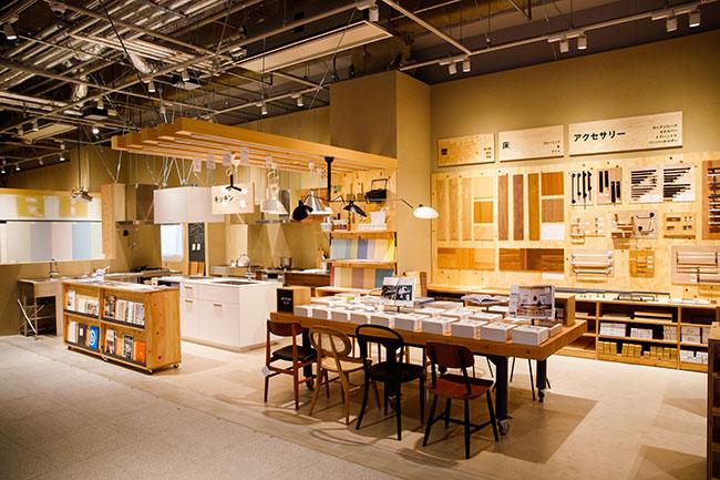 リフォーム相談を取り扱うコーナーでは、売り場面積の広さを活かして壁材や床材、アクセサリーのサンプルが豊富に用意されている。