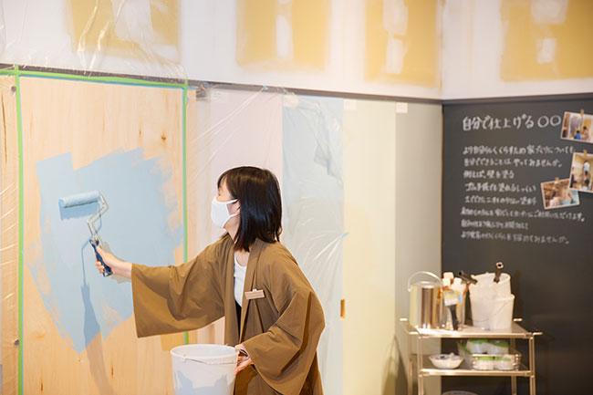 隣接のコーナーでは、DIYのセミナーやワークショップなどを開催。DIY経験豊富なスタッフが塗装の塗り方や左官の方法をレクチャーしてくれる。
