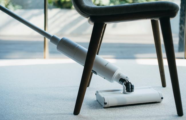 ユニバーサルジョイントによって360度の方向にスティックを曲げられ、椅子の下などにもスイスイ潜り込みます。