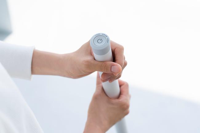 「スイッチはスティック上部の1つのみ。1度押したら起動、長押しで強モードに移行できます。シンプルな操作性も注目のポイントです」