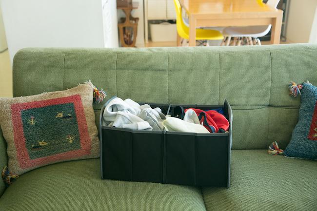 """こちらは緊急事態用の""""ざっくりボックス""""です。「急な来客があるときや、乾いた洗濯物がすぐに畳めないときなどは、折り畳み式のざっくりボックスにとりあえず入れて、押し入れなどに隠しておきましょう。いったん視界から消すだけで、きれいなリビングに戻すことができます。折り畳み式なので、使わないときはコンパクトにしまっておけます」"""