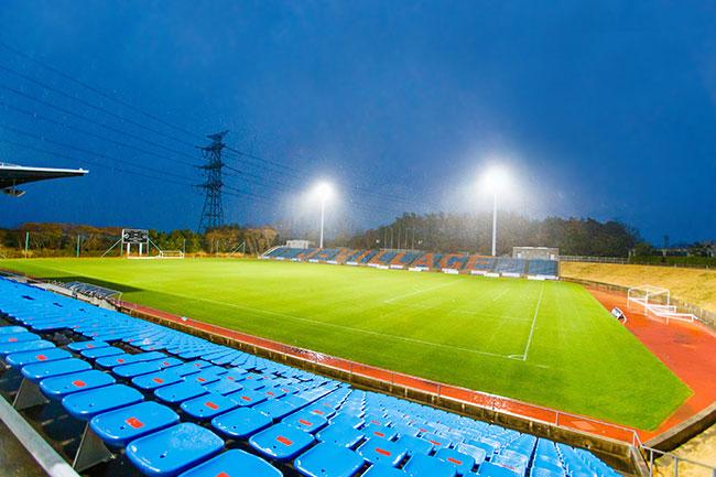 2020年大会が開催されたのは、福島復興のシンボルとして整備されたナショナルトレーニングセンター「Jヴィレッジ」。5000人の観客を収容できるスタジアム、天然芝・人工芝それぞれのピッチを備えた屋外フィールドと全天候型の練習場、ほかにホテル、プールなどからなる。