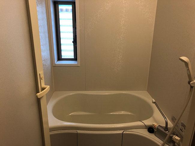 やや大きめのお風呂は、窓があるところがお気に入り。仕事でつらいことがあっても、ここで体も心も洗い流せばさっぱりと生まれ変わることができる。