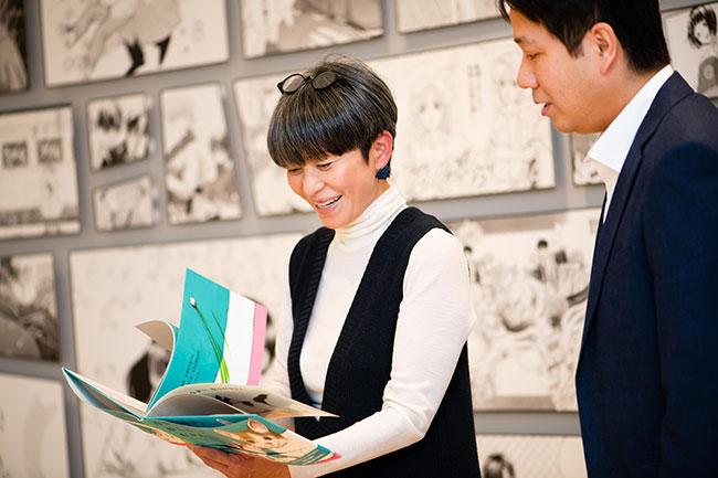 『MOE』の門野隆編集長と、ブックセラピストの元木忍さん。