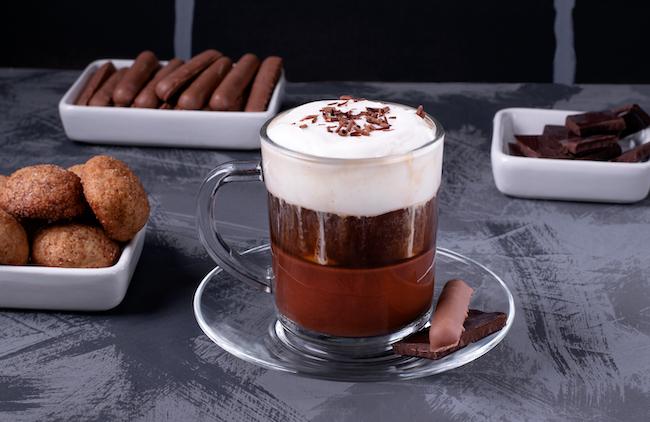 ホットチョコレート、エスプレッソ、生クリームの3層からなる、トリノ伝統の飲料。カフェ・アル・ビチェリンが発祥とされます。