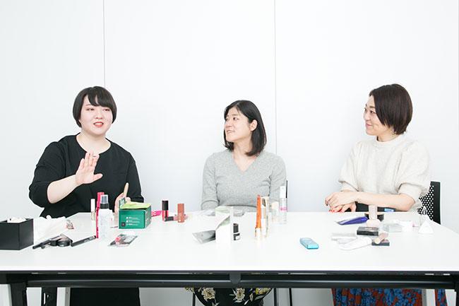 右から、リサーチプランナーの西原羽衣子さんと原田彩子さん。@cosmeTOKYO店長の田村愛さん。