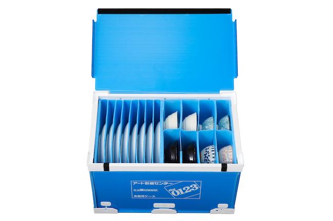 食器梱包時に出る紙ゴミやダンボールなどが減らせる「エコ楽ボックス/食器ケース」。アート引越しセンターでは、食器以外にも洋服やシューズ、照明、テレビ用のケースも扱っている。